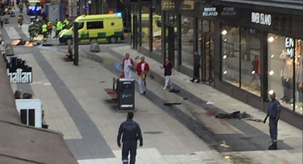 一辆卡车冲入斯德哥尔摩市中心街道的人群中