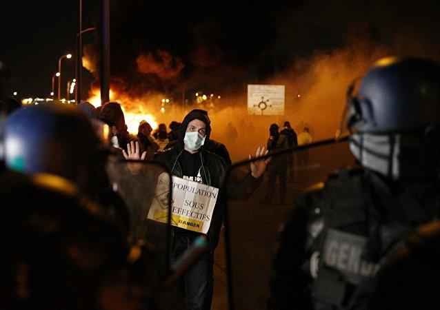 巴黎城郊爆发大规模抗议行动