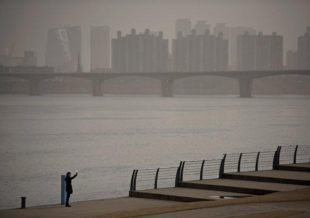 首尔仅次于新德里成为世界上空气污染排名第二的城市后,环境问题近几周成为韩国摆在第一位的问题。