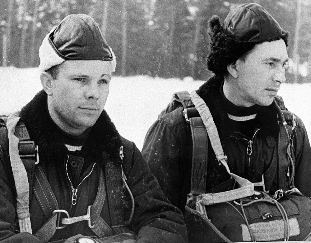 首飞行梯队成员尤里·加加林(左)和帕维尔·别利亚耶夫。