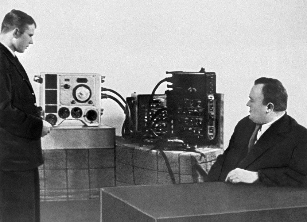 """谢尔盖·科罗廖夫院士测试候选宇航员尤里·加加林对""""东方号""""飞船的了解。"""