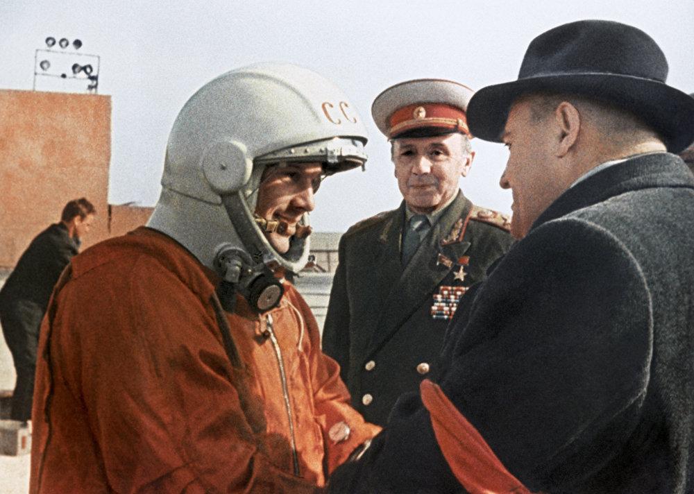 1961年4月12日,苏联航天员尤里·加加林和谢尔盖·帕夫洛维奇·克罗廖夫在拜科努尔航天发射场。