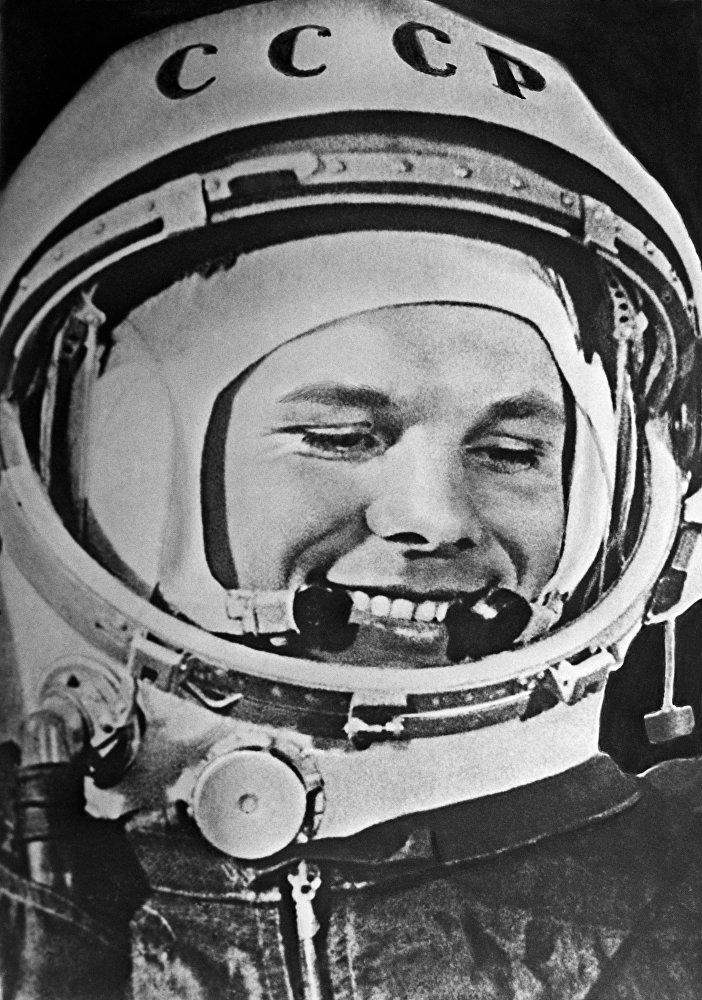 绕地飞行一圈后,飞船着陆器在苏联领土内实施降落。在距离地球表面几公里高度,加加林跳伞,并在萨拉托夫州着陆。这次传奇的太空飞行持续了108分钟。