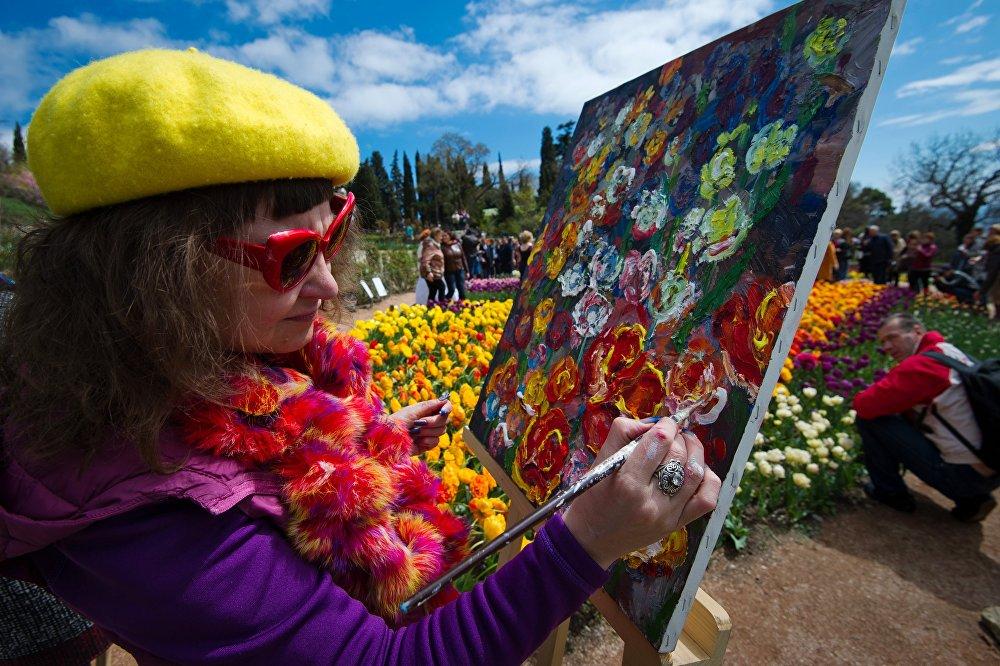 画家在克里米亚的植物园内作画。