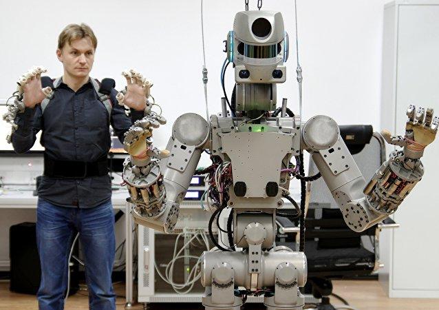 人形机器人费多尔学会双手持枪射击