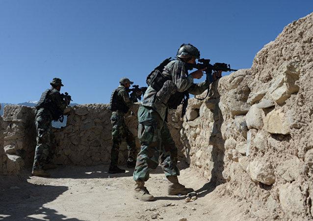 美军司令部:塔利班武装分子对阿富汗某军事基地发动攻击导致超过50人死亡