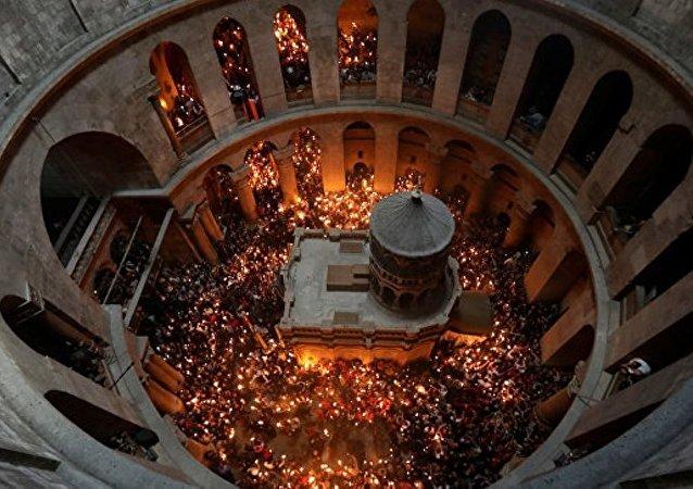"""""""神圣之火""""从耶路撒冷圣墓教堂取出"""