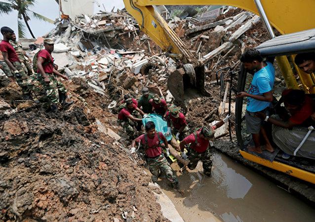 在斯里兰卡首都贫民窟的垃圾山坍塌已致20人死亡