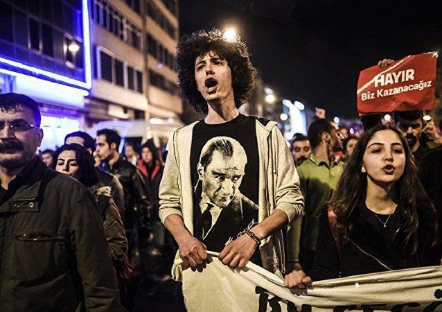 土耳其反对派要求选举委员会取消公投结果