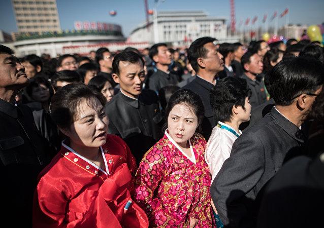 芬兰记者展示朝鲜被允许的发型