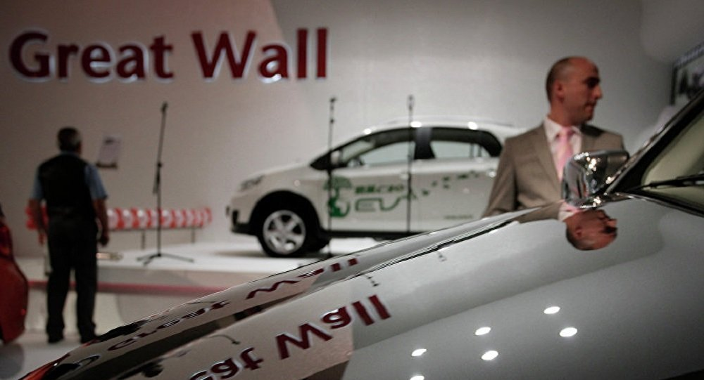 Посетители смотрят на автомобили Great Wall в автосалоне
