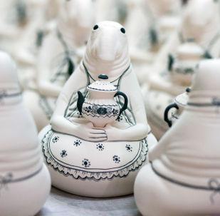 俄罗斯 格热利 蓝白绘花陶瓷的生产