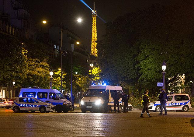 """巴黎检察官称巴黎袭击警员者为""""恐怖分子"""""""