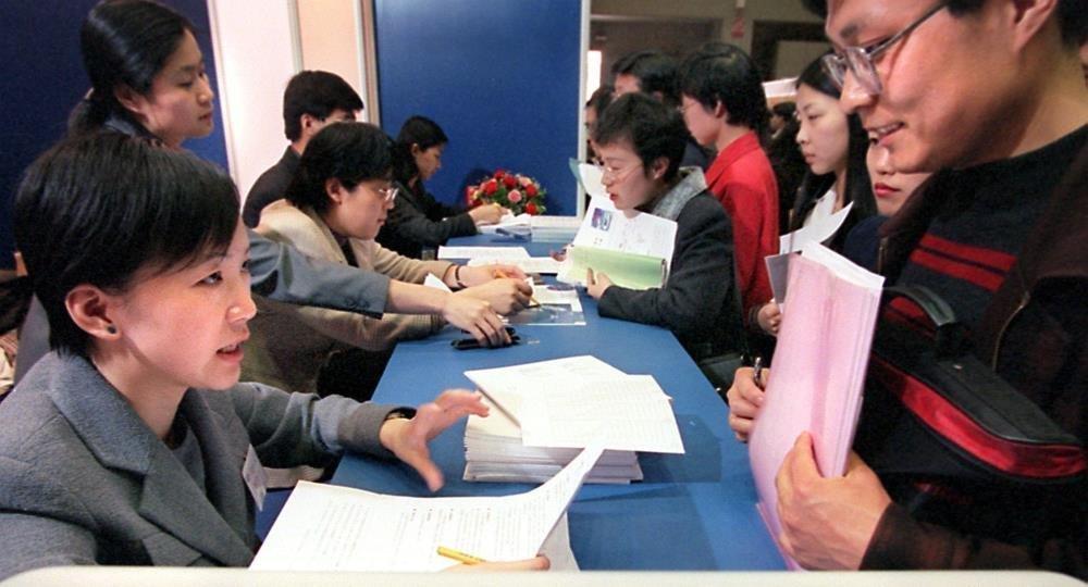 大多数学生认为,在国内更容易找工作。