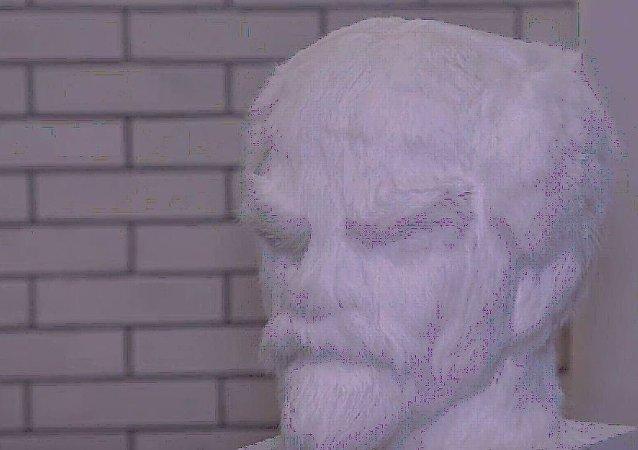 西伯利亚设计师打造列宁毛绒头像 纪念1917年俄国革命100周年
