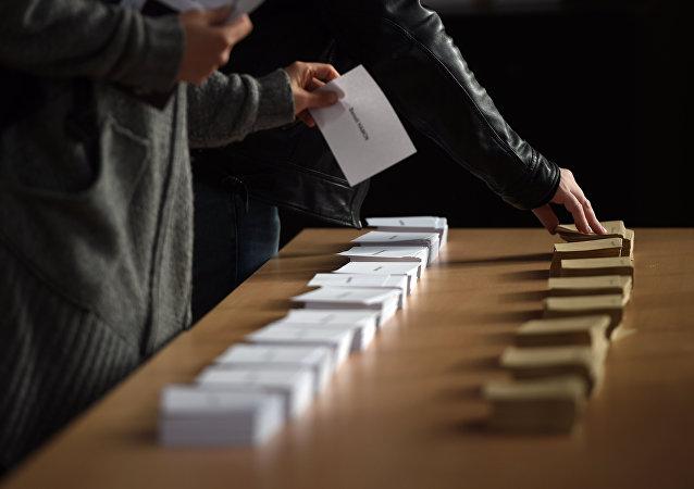 法国总统选举第二轮开启 各投票站开放