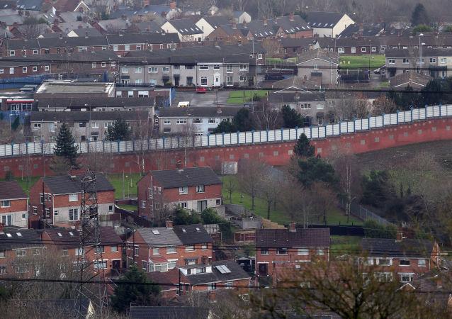英国警方在贝尔法斯特的一所小学旁发现炸弹