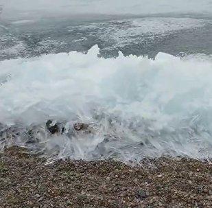 贝加尔湖上的冰浪