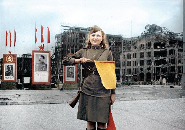 莫斯科配色师为卫国战争女兵的黑白照片上色