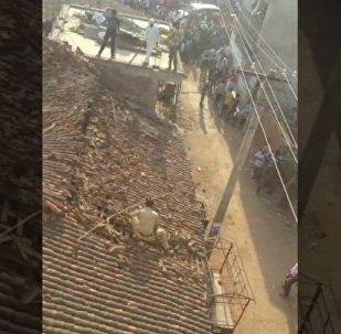 印度警察跳下屋顶豹口逃生