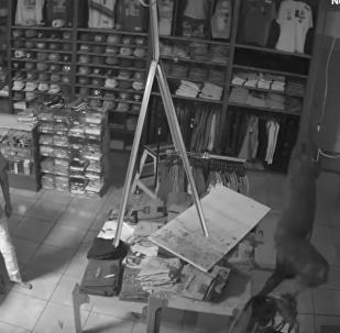 视频:倒霉小偷进店容易出店难