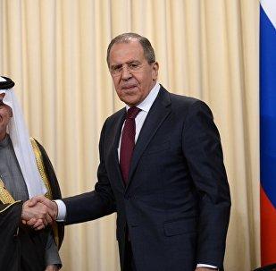 Министр иностранных дел РФ Сергей Лавров (справа) и министр иностранных дел Саудовской Аравии Адель аль-Джубейр во время встречи в Москве