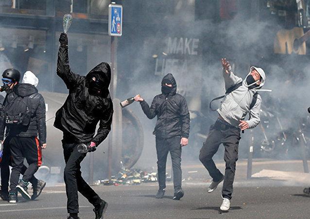 一队戴面具的极端分子闯入马克龙在里昂的办公室