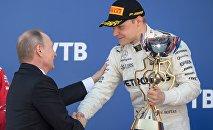 普京向F1索契站冠军博塔斯颁奖