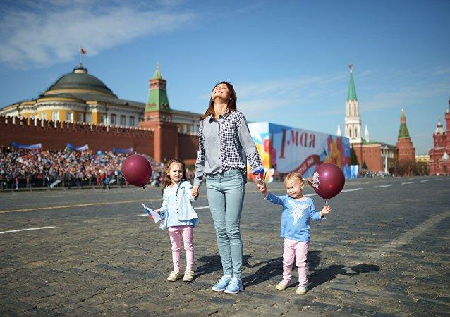 """民调:越来越多的俄罗斯人把""""五一""""视为普通休息日而非节日"""