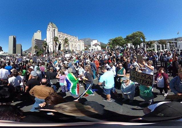 媒体:南非五一游行爆发骚乱 总统演讲取消