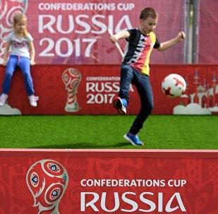 俄众前国脚将在圣彼得堡的2017年联合会杯主题公园与FIFA传奇队过招