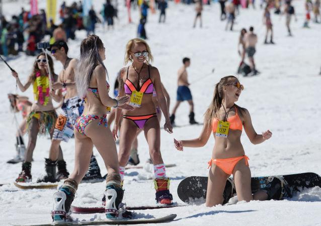 俄罗斯克麦罗沃舍列格什滑雪胜地举行Grelka fest滑雪节。
