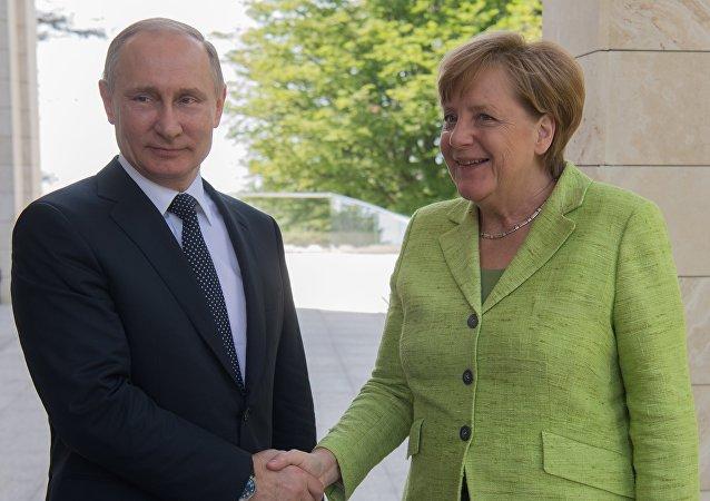 默克尔:德俄应继续保持对话