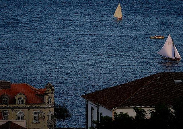 西班牙两名游客在葡萄牙被海上巨浪卷走