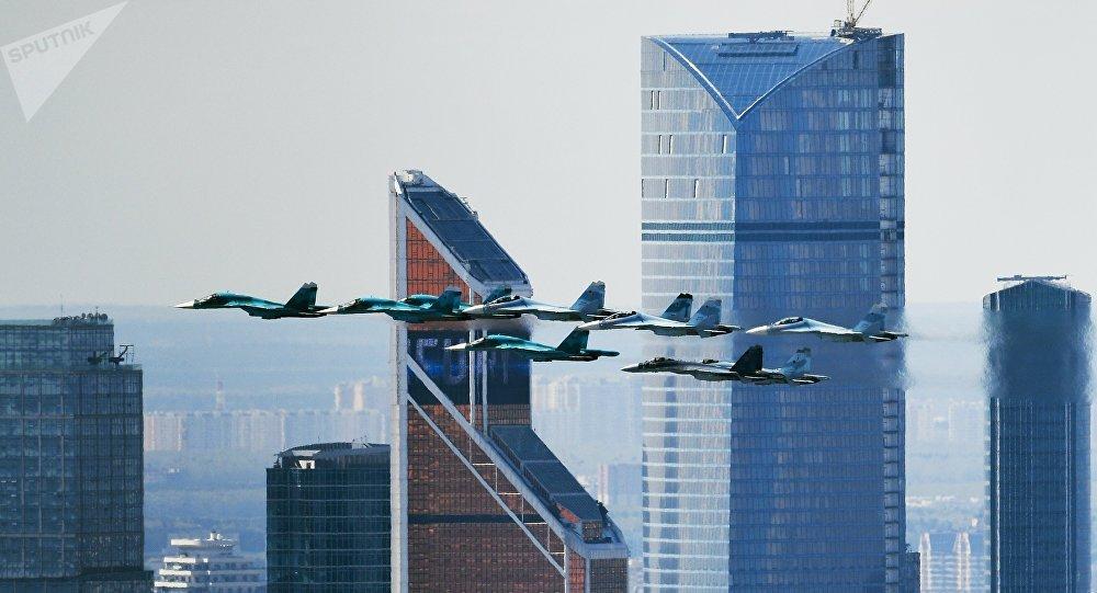 军用飞机与直升机飞过莫斯科上空
