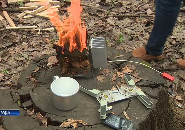乌法居民想出如何使用篝火给电话充电的方法