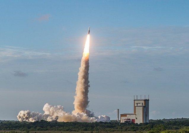 运载巴西和韩国卫星的阿丽亚娜5型火箭从库鲁航天中心发射