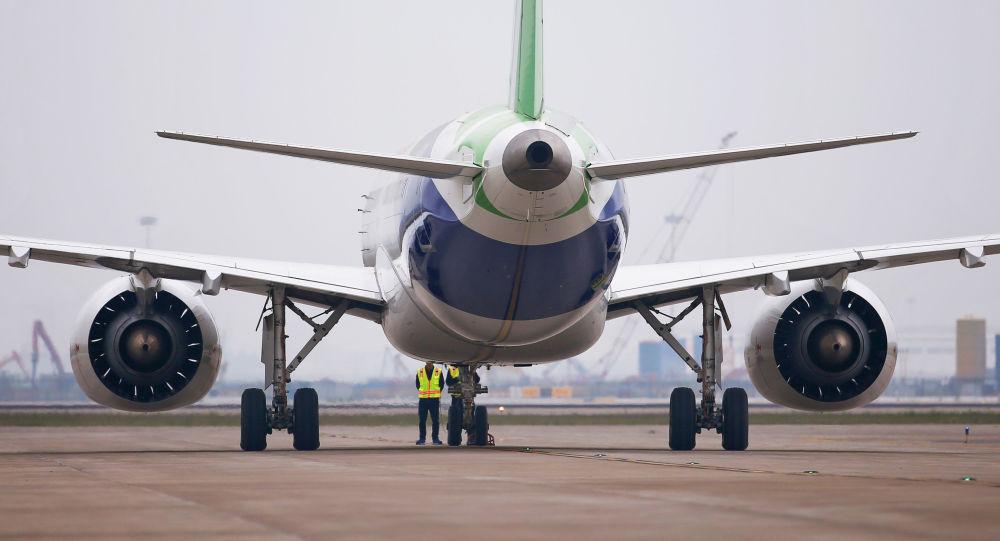 飞在第52届巴黎国际航空航天展览会展示c919大型客机,arj21新支线飞机