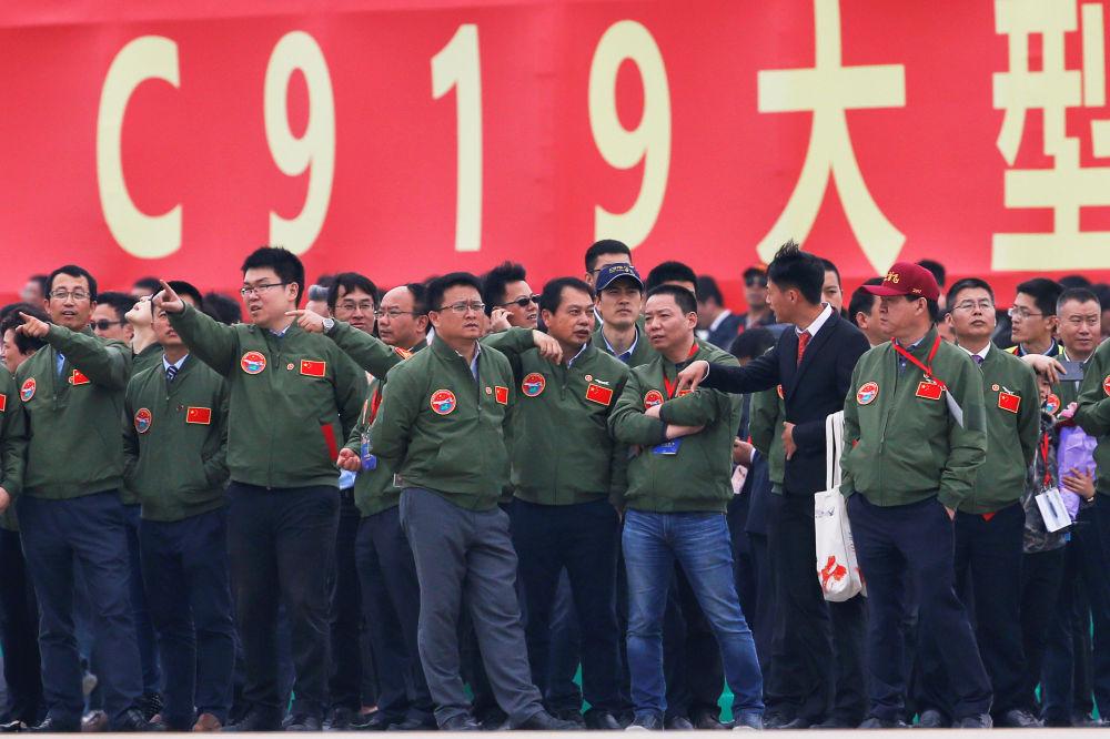 中国大型客机C919完成首飞