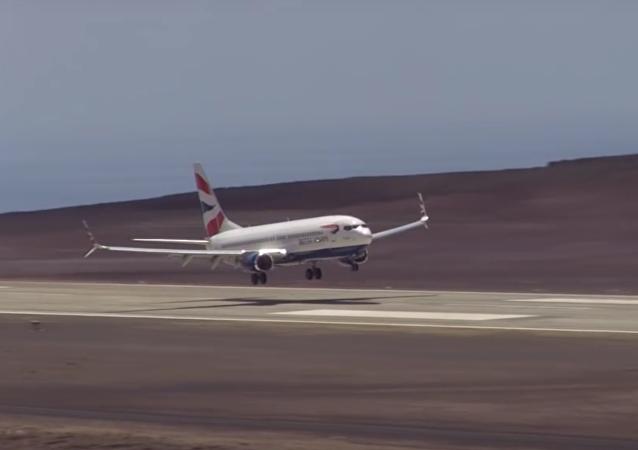 """一架飞机首次在世界上""""最白费力气的机场""""降落"""