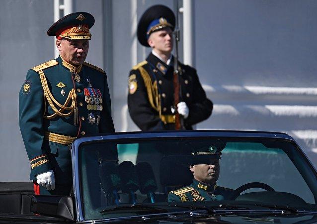 Министр обороны РФ Сергей Шойгу (слева) на генеральной репетиции военного парада в Москве