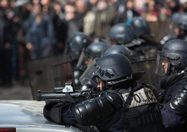 巴黎警方再次使用催泪瓦斯驱赶示威人群