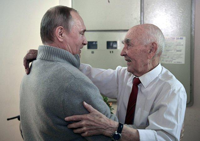 普京到其东德工作时的情报部门领导家中做客