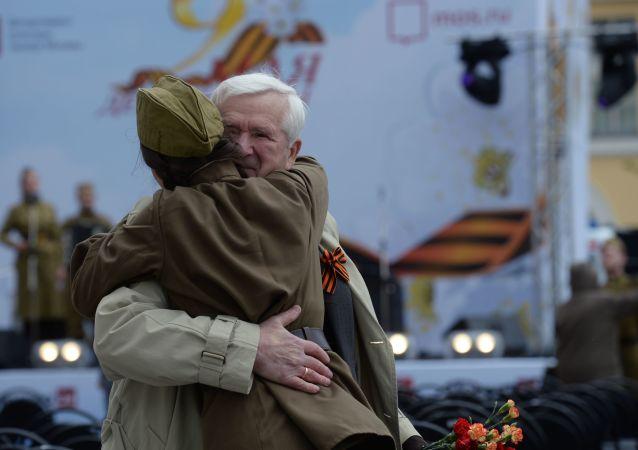 Участники празднования Дня Победы на Театральной площади в Москве
