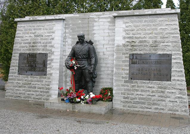 """俄外交官在爱沙尼亚塔林向""""青铜战士""""纪念碑敬献花圈"""