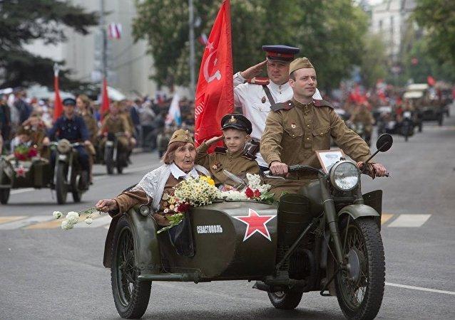 塞瓦斯托波尔胜利日阅兵汇集了1万名观众和参与者