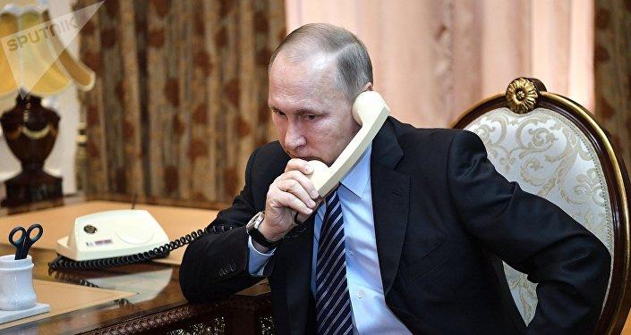 俄联邦总统普京在电话谈话