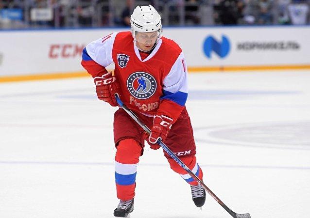 普京在索契进行的冰球赛中射入6球