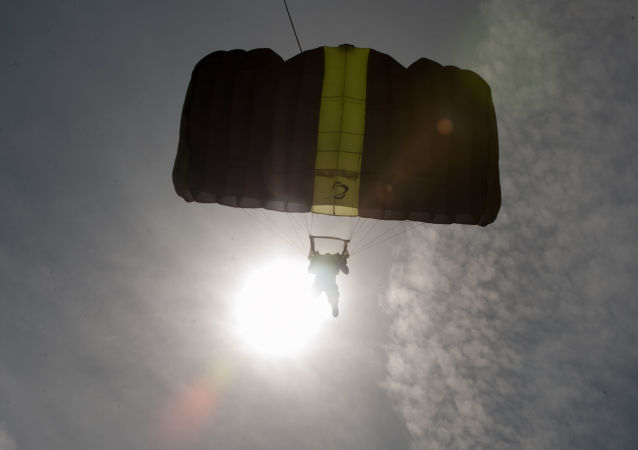 一名拉脱维亚人完成世界首次无人机跳伞