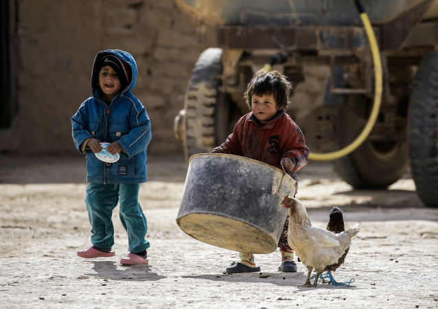 """库尔德人:1.3万名难民从""""伊斯兰国""""占领的拉卡撤出"""